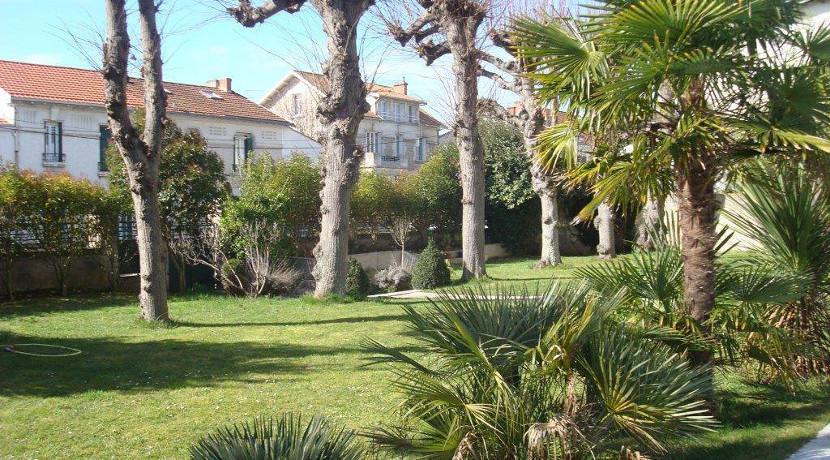 Villa vendre avec grand jardin et piscine au centre de for Jardin passion la rochelle 2015