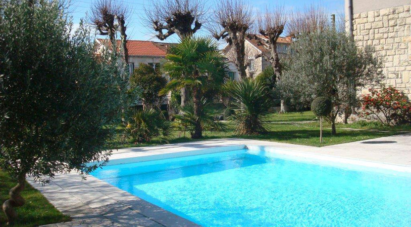 Villa vendre avec grand jardin et piscine au centre de for Piscine la rochelle