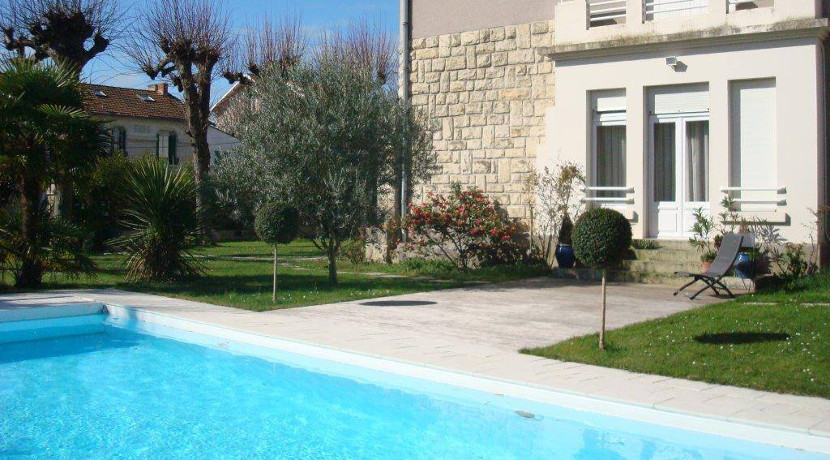 villa vendre avec grand jardin et piscine au centre de la rochelle al immo 17. Black Bedroom Furniture Sets. Home Design Ideas